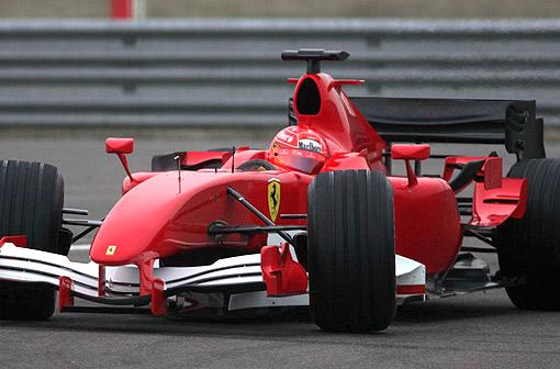 一辆除跃马标志以外没有任何赞助商商标的红色ferrari赛车从pit驶出.